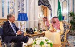 الصورة: الصورة: الملك سلمان يستقبل وزير الخزانة البريطاني ويبحثان الأوضاع الأمنية