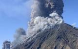 الصورة: الصورة: السائحون يهربون من ثورة بركان جزيرة سترومبولي الايطالية