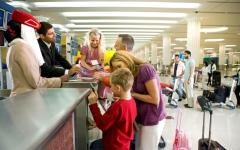 الصورة: الصورة: اليوم.. بدء إعفاء مرافقي الأجانب من التأشيرات السياحية