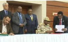 الصورة: الصورة: المجلس العسكري وقوى الحرية والتغيير يوقعان الاتفاق السياسي في السودان