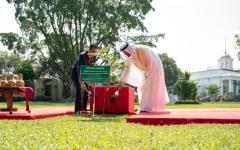 الصورة: الصورة: محمد بن زايد يرافقه الرئيس الأندونيسي يقوم بجولة في حدائق قصر بوغور