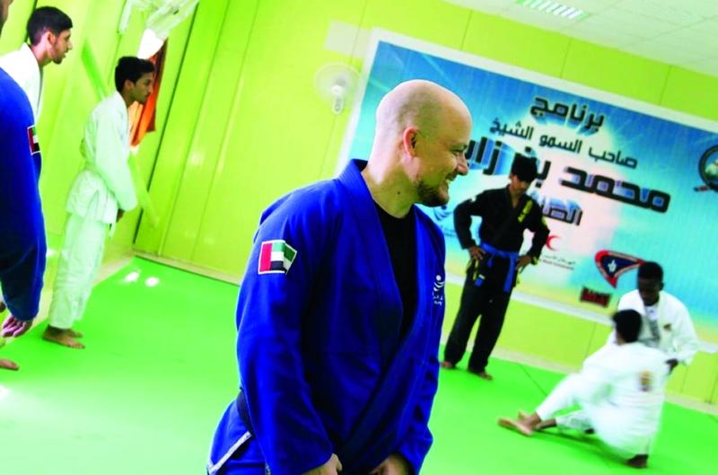 الصورة : Ⅶ  المدرب البرازيلي دي روسا يشرف على التدريبات  |  وام