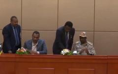 الصورة: الصورة: التوقيع بالأحرف الأولى على الإعلان الدستوري في السودان