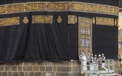 الصورة: الصورة: كسوة الكعبة المشرفة .. تاريخ من التقليد الإسلامي لكساء أطهر بقعة في العالم