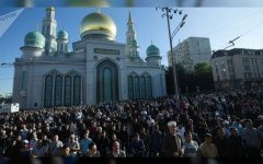 الصورة: الصورة: آلاف المسلمين يؤدون صلاة العيد في جامع موسكو الكبير