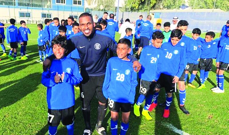 الصورة : زايد وعلي مع مدرب كرة القدم  |  البيان