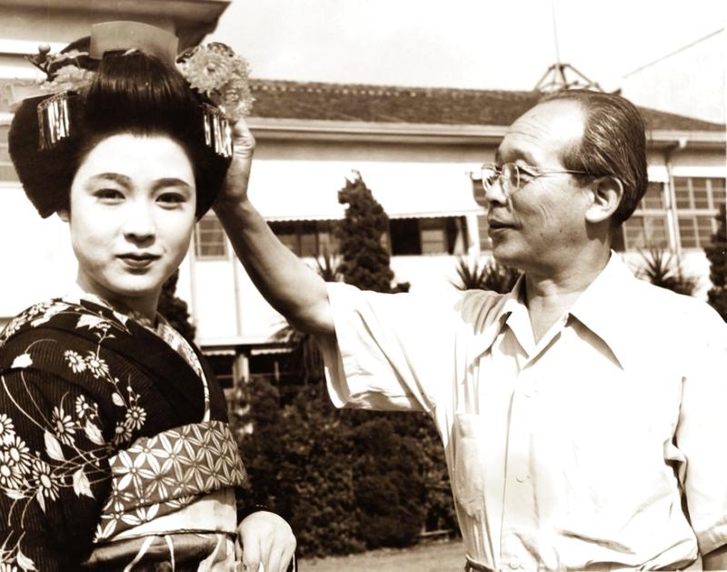 الصورة : ■ المخرج الياباني مع بطلة فيلم «مس أويو»