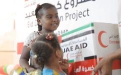 الصورة: الصورة: الإمارات توزع كسوة العيد ومساعدات غذائية لـ ١٤ ألف يمني
