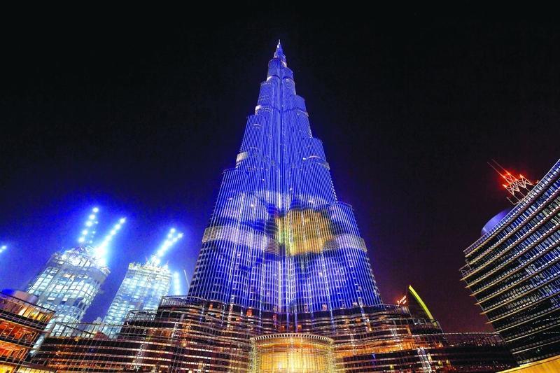 الصورة : برج خليفة يعرض شعار رابطة المحترفين الجديد  |  البيان