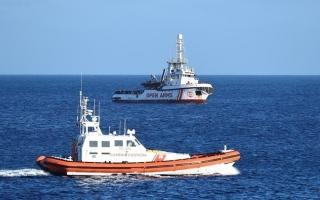الصورة: الصورة: إسبانيا تعرض استقبال أقرب موانئها لسفينة أوبن أرمز لإنقاذ المهاجرين