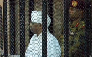 الصورة: الصورة: بالصور .. كيف بدا عمر البشير داخل قفص الاتهام؟
