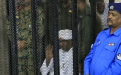 الصورة: الصورة: البشير يمثُل أمام المحكمة بتهم فساد