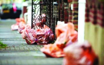الصورة: الصورة: ألوان أكياس القمامة تزج بريطانية بالسجن