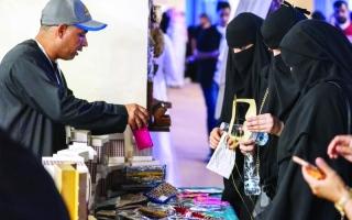 الصورة: الصورة: 30 أسرة إماراتية تُثري «سوق عكاظ» بمنتجات يدوية