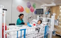 الصورة: الصورة: إنقاذ طفلة إماراتية صارعت الموت 4 ساعات داخل سيارة أسرتها