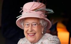الصورة: الصورة: كيف ردت الملكة إليزابيث على سائحين أمريكيين لم يتعرفوا عليها ؟