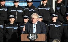 الصورة: الصورة: شاهد  .. شرطية يغمى عليها وجونسون يكمل خطابه