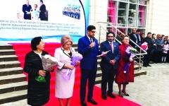 الصورة: الصورة: سفيرنا في كازاخستان يشارك طلبة «خليفة بن زايد» اليوم الدراسي الأول