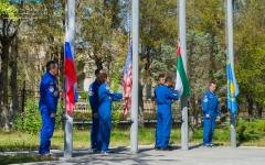 """الصورة: الصورة: المنصوري والنيادي يرفعان """"علم الإمارات"""" على الأرض قبيل الانطلاق به إلى الفضاء"""