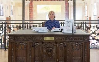 الصورة: الصورة: كلينتون توجه رسائل مبطّنة لترامب