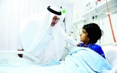 الصورة: الصورة: القطامي يعود مصابي حادث الحافلة المدرسية بمستشفى راشد