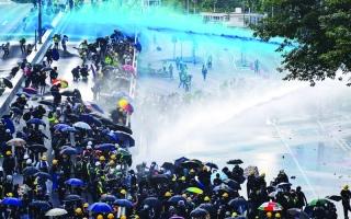 الصورة: الصورة: آلاف المتظاهرين يتحدون الشرطة في هونغ كونغ
