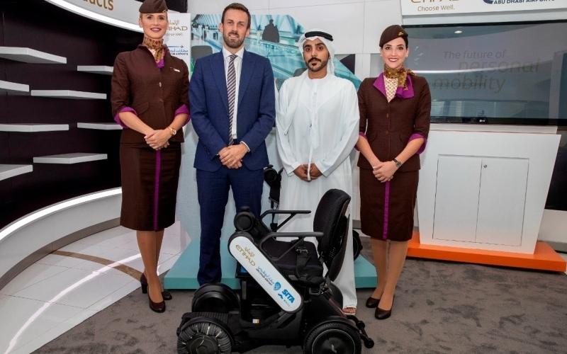 الصورة: الصورة: كرسي متحرك مستقل لمساعدة المسافرين في مطار أبوظبي
