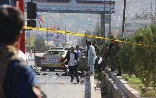 الصورة: الصورة: مقتل 24 شخصا على الأقل في تفجير انتحاري بمسيرة انتخابية للرئيس الأفغاني