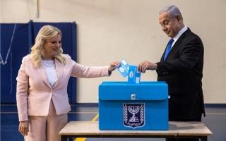 الصورة: الصورة: نتائج متقاربة جداً لنتانياهو وغانتس بعد إقفال صناديق الاقتراع