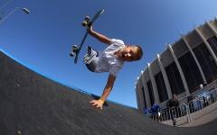 الصورة: الصورة: بالفيديو.. طفل روسي يحترف التزلج بنصف جسد