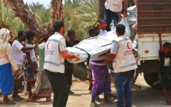 الصورة: الصورة: الإمارات تغيث الناجين من مجزرة الحديدة