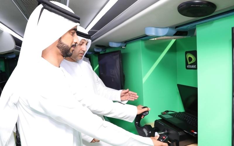 الصورة: الصورة: اختبر تقنيات الجيل الخامس على حافلة «اتصالات» المتجولة