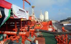 الصورة: الصورة: الإمارات تسير سفينة مشتقات نفطية عاجلة لكهرباء ساحل حضرموت