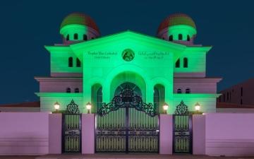 الصورة: الصورة: إنارة دور العبادة في أبوظبي باللون الأخضر
