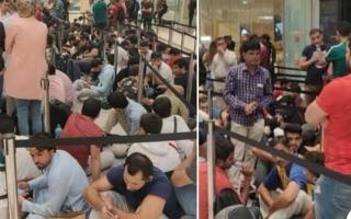 الصورة: الصورة: الآلاف يحتشدون في دبي مول للحصول على أيفون 11