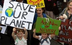 الصورة: الصورة: ملايين المحتجين في عدة دول يطالبون زعماء العالم بمواجهة تغير المناخ
