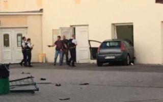الصورة: الصورة: محاولة اقتحام المسجد الكبير في كولمار الفرنسية بسيارة
