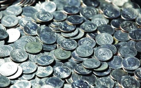 الصورة: الصورة: امرأة تسرق  6000 دولار «أرباعاً»
