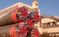 """الصورة: الصورة: بالصور والفيديو.. """"البيان"""" ترصد نقل الصاروخ """"سويوز إم أس 15"""""""