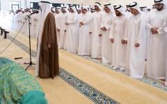 الصورة: الصورة: محمد بن زايد والشيوخ يؤدون صلاة الجنازة على جثمان سهيل الكتبي