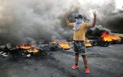 الصورة: الصورة: في العراق.. الرئيس مع المحتجين ورئيس الوزراء ضدهم