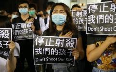 الصورة: الصورة: الآلاف يتظاهرون في هونغ كونغ احتجاجاً على إصابة طالب بالرصاص