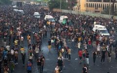 الصورة: الصورة: متظاهرو بغداد يتحدون حظر التجوال والقتلى إلى 19