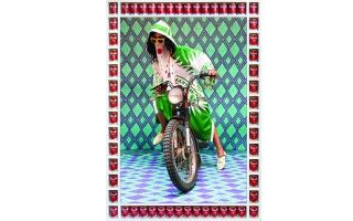 الصورة: الصورة: عدسة حسن حجاج تمزج الأزياء المغربية التقليدية بفن البوب