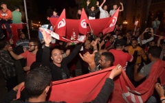 الصورة: الصورة: احتفالات في تونس بعد إعلان قيس سعيد فوزه في الانتخابات