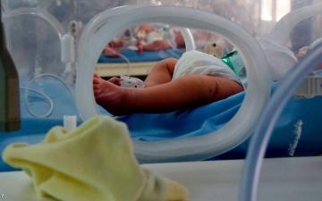 الصورة: الصورة: ذهب ليدفن ابنته الرضيعة فوجد في القبر مفاجأة مرعبة