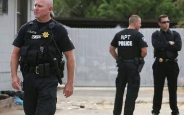 الصورة: الصورة: ينقل جثة إلى مركز شرطة ويعترف بقتل 4 أشخاص