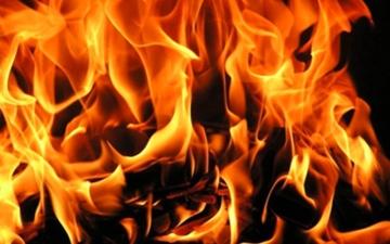 الصورة: الصورة: تسبب في فصله من عمله فأضرم  النار بسيارته
