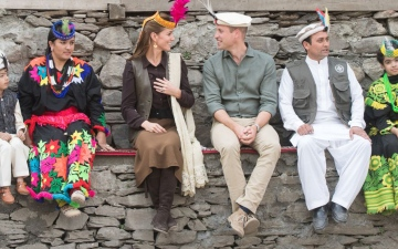 """الصورة: الصورة: الأمير ويليام وزوجته يستقلان """"توك توك"""" بالزي الباكستاني"""