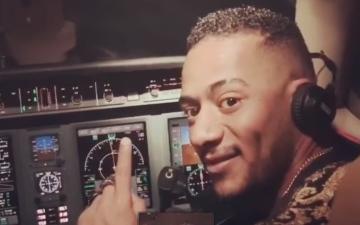 الصورة: الصورة: عقوبة صادمة للطيار الذي سمح للفنان محمد رمضان بقيادة الطائرة